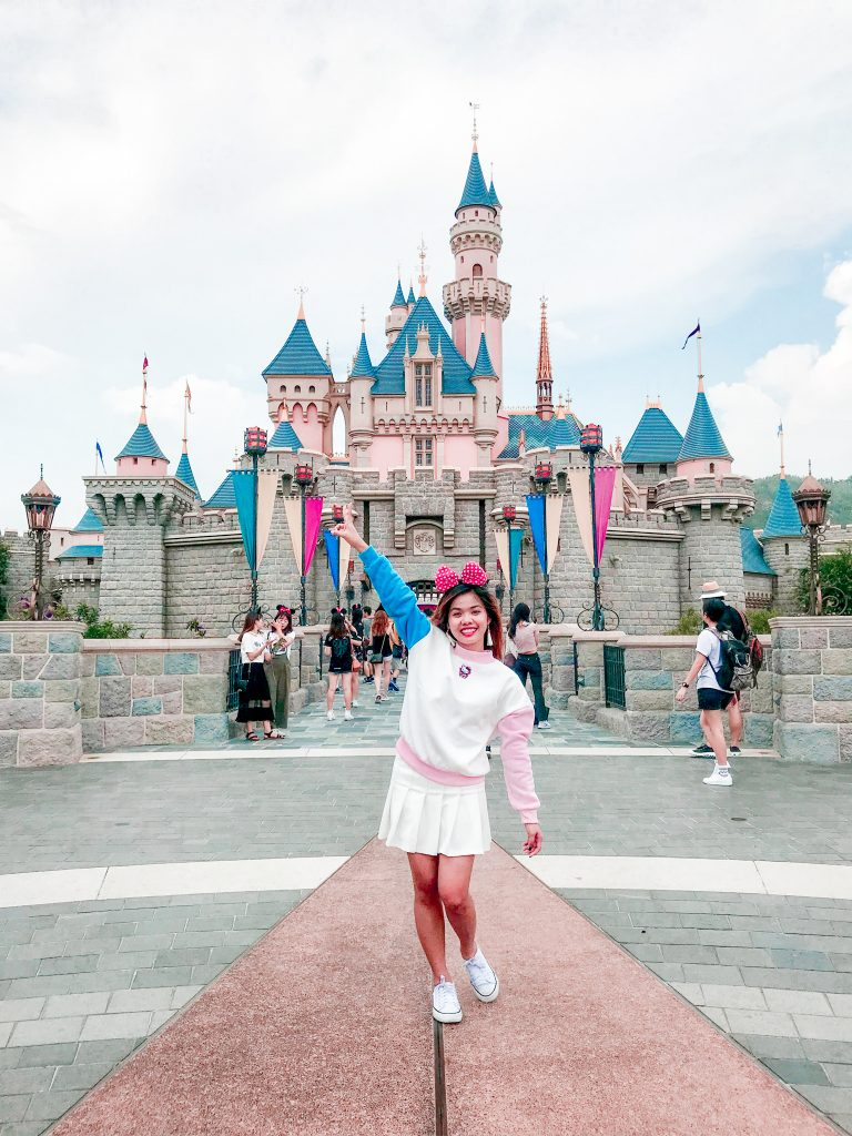 "ALT=""i am at the happiest place on earth"""